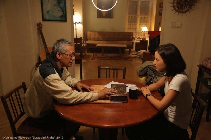 Julie Estelle at Tio Pakusadewo sa Sulat mula sa Praga, pelikula tungkol sa mga Indonesian na exilio sa Praga.